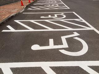 車椅子マークがついた駐車スペース