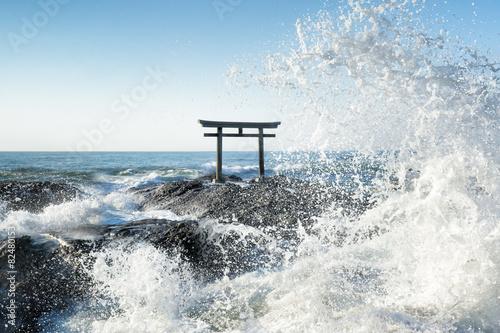 Staande foto Japan Große Welle vor japanischem Torii in Japan