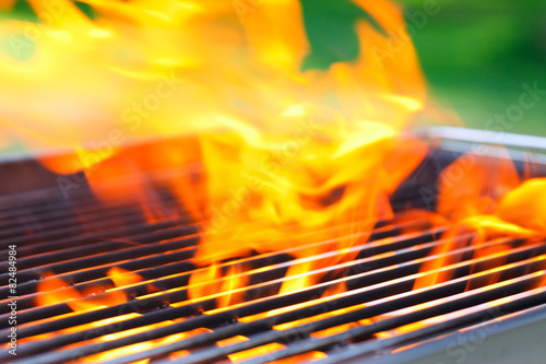 In de dag Vuur / Vlam barbecue with flames and copy space