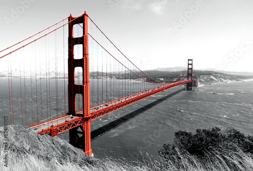Leinwanddruck Bild Golden Gate Bridge Red Pop on B&W