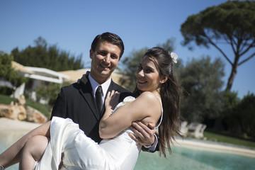Sposa in braccio allo sposo