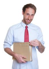 Geschäftsmann mit Krawatte und Akte