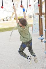 Bambino al parco giochi