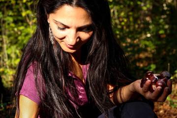 Frau sammelt Kastanien