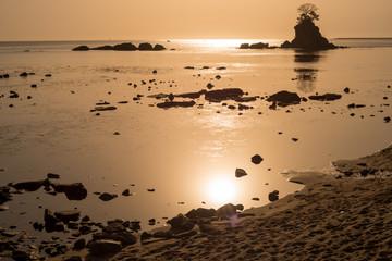 サンライズと海の岩
