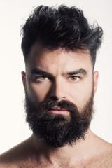 Beauty di modello con barba e baffi