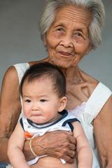 Asiatische Großmutter mit Enkelkind