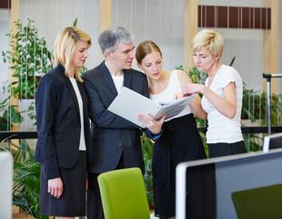 Zusammenarbeit vom Team im Büro