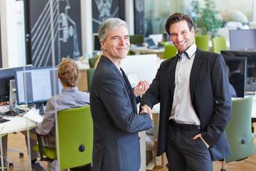 Zwei Geschäftsleute schütteln die Hände