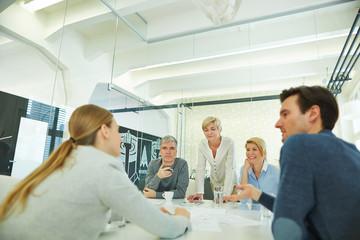 Team macht Meeting im Konferenzraum