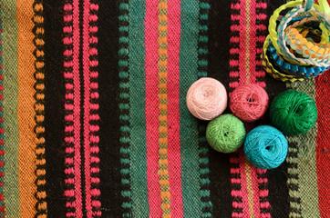 Нитки для вязания на тканном полотне