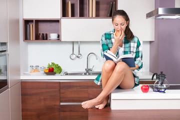 Ragazza sul bancone in cucina