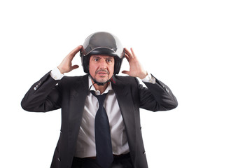 Uomo con casco sorpreso