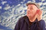portrait homme malentendant la main à l'oreille