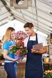 Frau kauft Pflanze im Gartencenter