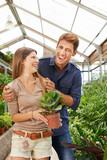 Paar hat Spaß beim Shopping im Gartencenter