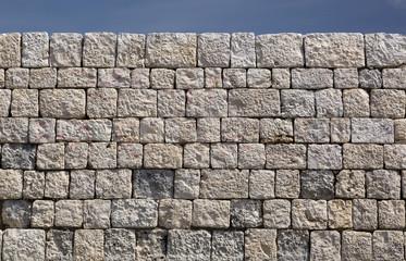 Muro in pietre con sfondo cielo