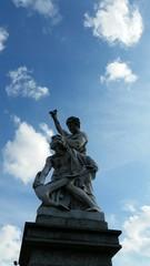 Skulptur Brücke blauer Himmel