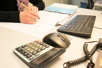 Büro Kauffrau am Schreibtisch, bei schreiben von