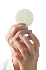 mani alzate con eucaristia