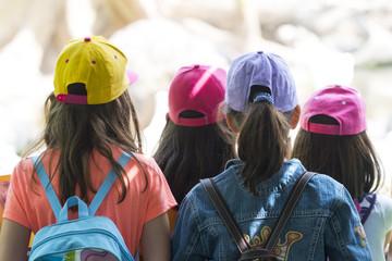 Niñas con gorra