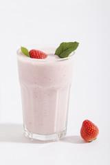 Erdbeershake aus frischen Erdbeeren und Eis gemixt