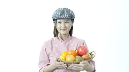 果物を持つ女性