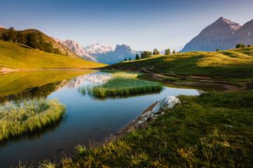 Lago di montagna all'alba