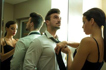 Helfen beim Krawattenbinden