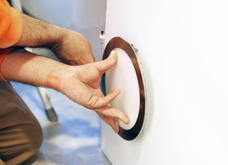 Electricista instalando un foco