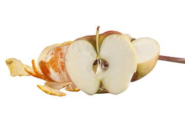 Половина яблока и чищеный  мандарин