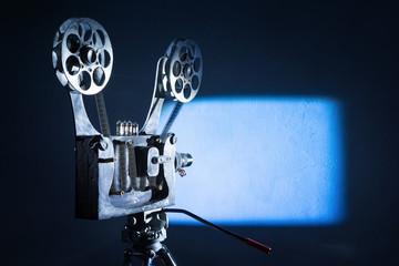 Старый кинопроектор показывает кино