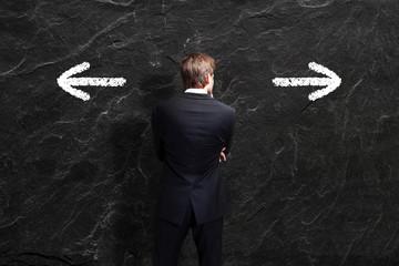 Geschäftsmann muss sich für eine Richtung entscheiden