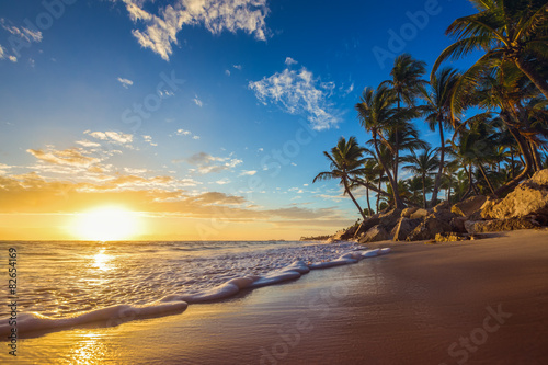 Poster, Tablou Landscape of paradise tropical island beach, sunrise shot