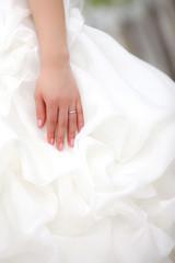 結婚式で指輪交換を終えた新婦