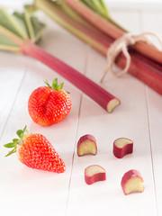 Frischer Rhabarber mit Erdbeeren auf einem Tablett