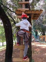 Bambino nel parco avventura