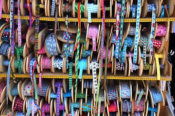 SToffmarkt - bunte Bänder vom laufenden Meter