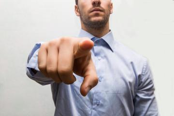 businessman indica con il dito e la mano in avanti
