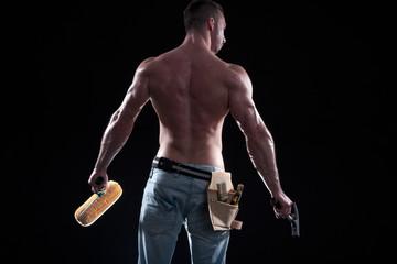 Muskulöser Mann Rückenansicht mit Farbroller