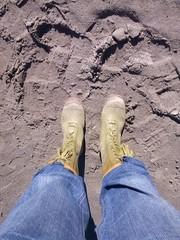 in piedi con gli stivali