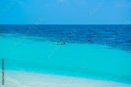 Poster Sand beach and ocean wave, South Male Atoll. Maldives
