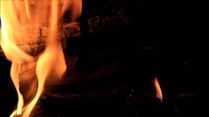 Papier verbrennt im Kaminfeuer