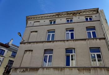Immeuble gris, ciel bleu, Bruxelles