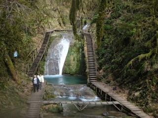 Облагороженный лесной ручей и идущие по мосткам люди