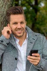 Mann hört Musik am Handy