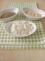 Trockenhefe, Sauerteigextrakt und Mehl