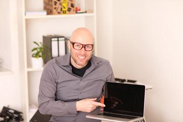 erfolgreicher Unternehmer mit Notebook