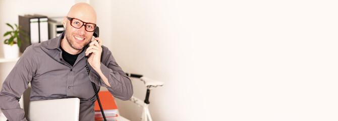 erfolgreicher Unternehmer mit Telefon
