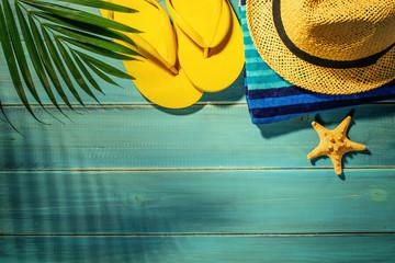 klapki i kapelusz na plażę